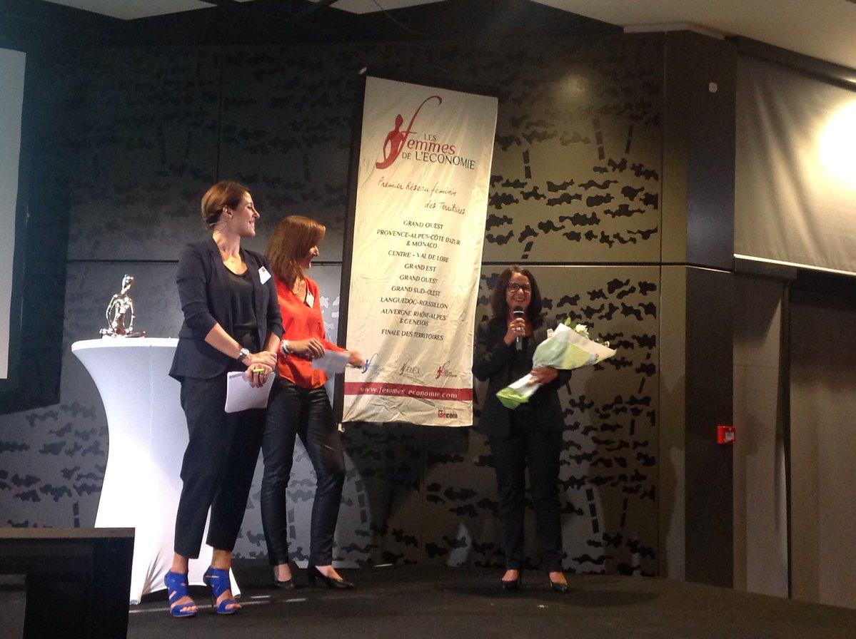 Frédérique Destailleur remettant le Trophée d'argent Femme chef d'entreprise Grand Ouest à Marie-Laure Collet